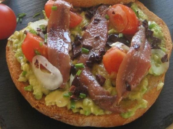 Tosta de aguacate y anchoas del Cantábrico