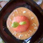 Tomate relleno de mousse de ventresca de bonito sobre salmorejo de albahaca