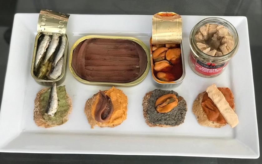 Tostas de patés vegetales con conservas de pescado