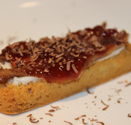 Tapa de Torta del Casar, anchoas del Cantábrico, mermelada de fresa y virutas de chocolate
